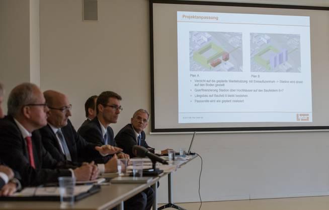 Martin Kull (2. v. l.) und Lukas Pfisterer (M.) orientieren über den Plan B. Neben dem Stadion sollen drei Hochhäuser (violett) gebaut werden. Bisher waren ein Gewerbe- und ein Bürohaus (rot) vorgesehen.