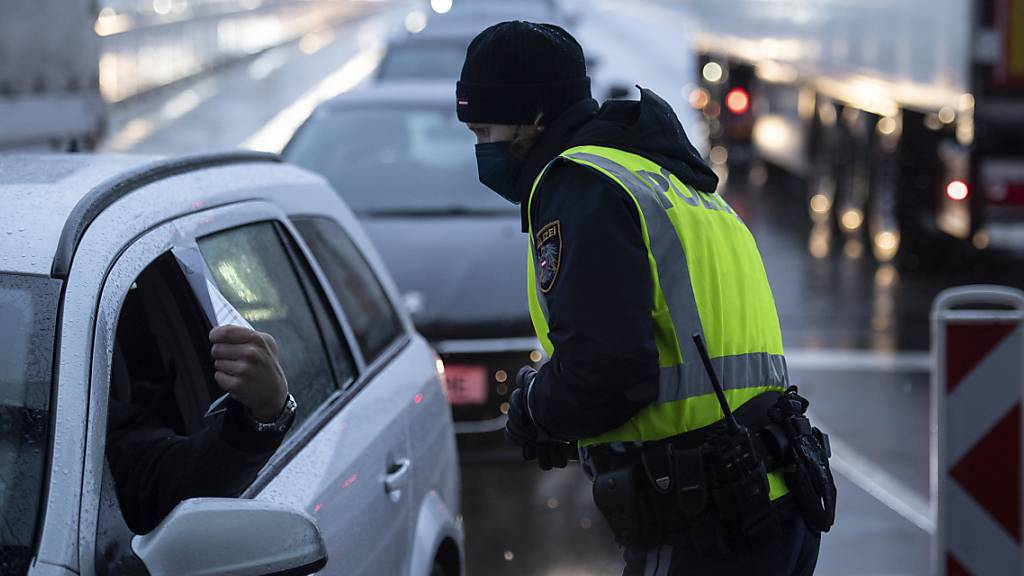 Die Polizei kontrolliert Covid-Tests von Pendlern, am Mittwoch, 10. Februar 2021, an der Grenze in Lustenau (Vorarlberg).