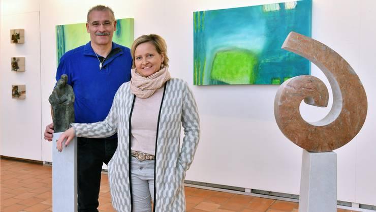 Steinbildhauer Rolf Wyss und Künstlerin Franziska Näf schaffen mit ihren Werken in der Alten Kirche faszinierende Spannungsfelder.