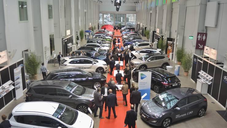 Zahlreiche Besucher waren an der Eröffnung der Auto-Ausstellung im Trafo in Badein präsent.