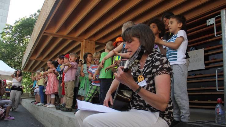 Begleitet von den Kindergärtnerinnen, singen die Kleinen das Bagger-Lied.