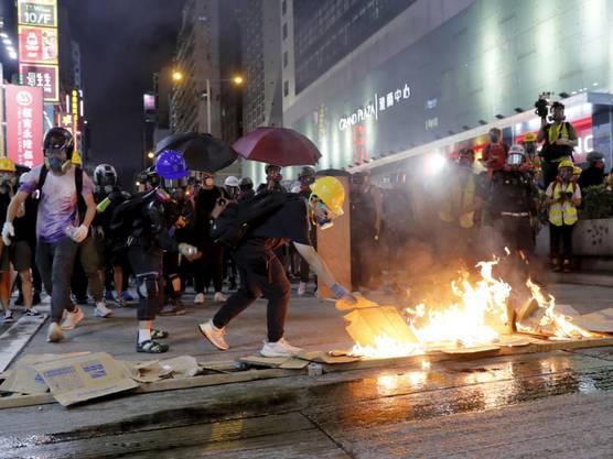 In Hongkong sind am Samstag mehrere Personen bei Protesten festgenommen worden, wie die Behörden der Metropole am Sonntag mitteilten.