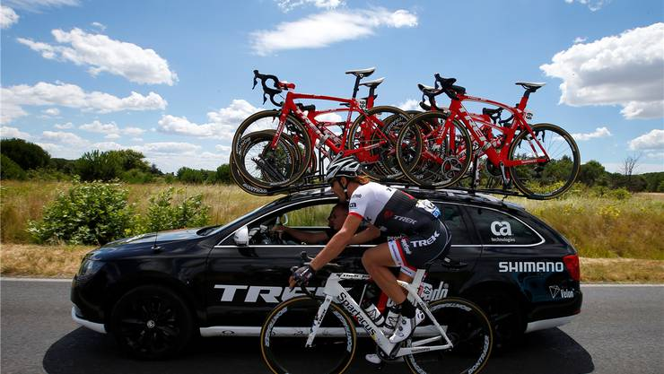 «Spartacus» Fabian Cancellara bespricht sich während der 12. E tappe des diesjährigen Tour de France mit der sportlichen Führung seines Teams Trek-Segafredo.Keystone
