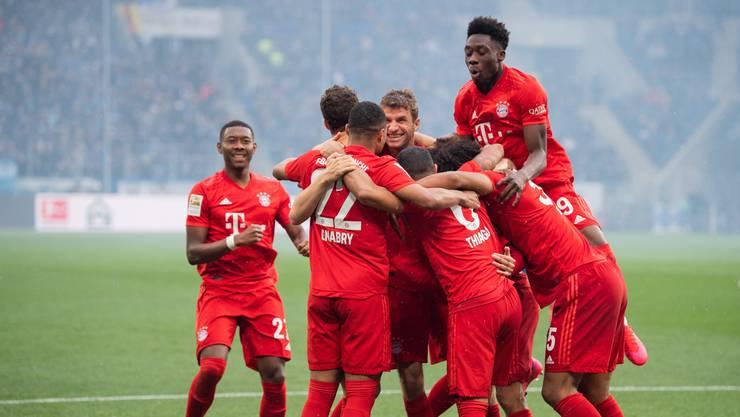 Münchens Philippe Coutinho (verdeckt) jubelt nach seinem Tor zum 0:5 mit der Mannschaft.