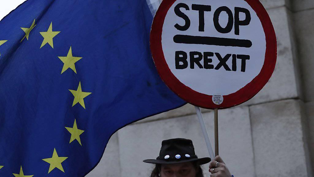 Nach der Abstimmung im britischen Unterhaus soll Premierministerin Theresa May noch im Laufe des Mittwochs mit EU-Ratspräsident Donalds Tusk telefonieren und über das weitere Vorgehen beim Brexit sprechen. (Archiv)