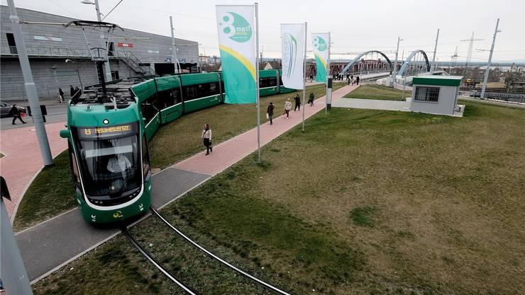 8er-Tram an der Wendeschlaufe in Weil am Rhein. Im Hintergrund das Einkaufszentrum Insel. Von hier soll die Linie weiter durch die Hauptstrasse führen.