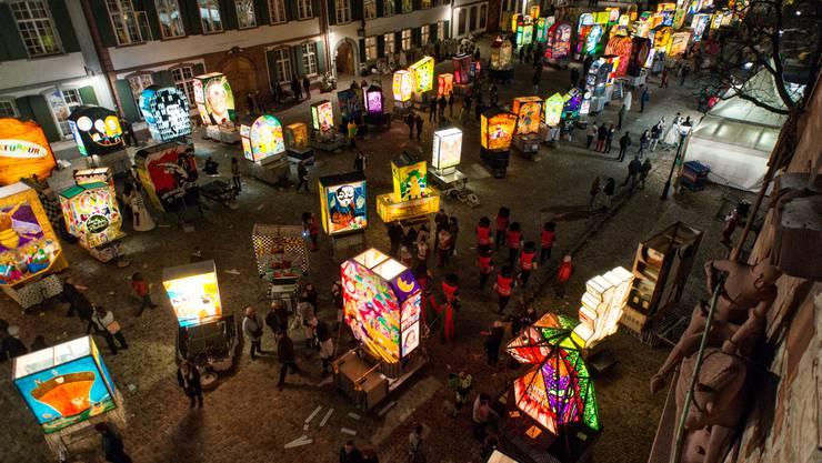 Die Cliquen bringen nach dem Moorgestraich ihre Latäärne auf den Platz vor dem Basler Münster.
