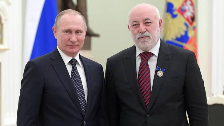 Russische Freundschaft: Präsident Wladimir Putin und Oligarch Viktor Vekselberg bei einer Zeremonie im Kreml.