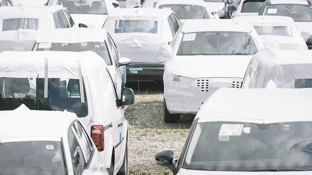 Neuwagen warten auf Abnehmer: Metall Zug spürt die Erholung in der Automobilindustrie. (Symbolbild)
