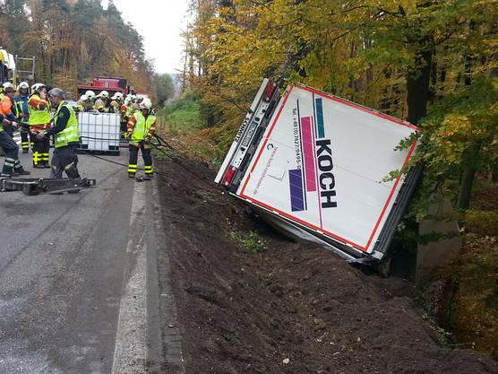 Auf der Kantonsstrasse zwischen Full und Leibstadt kam dieser Lastwagen von der Strasse ab.