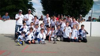 Junioren und Trauner präsentieren stolz ihre Goldmedaillen und den Pokal.