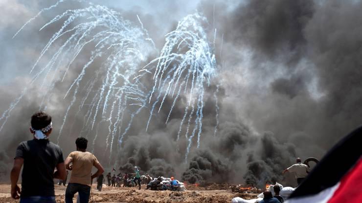 Die israelische Armee wirft mit Drohnen Tränengas ab.