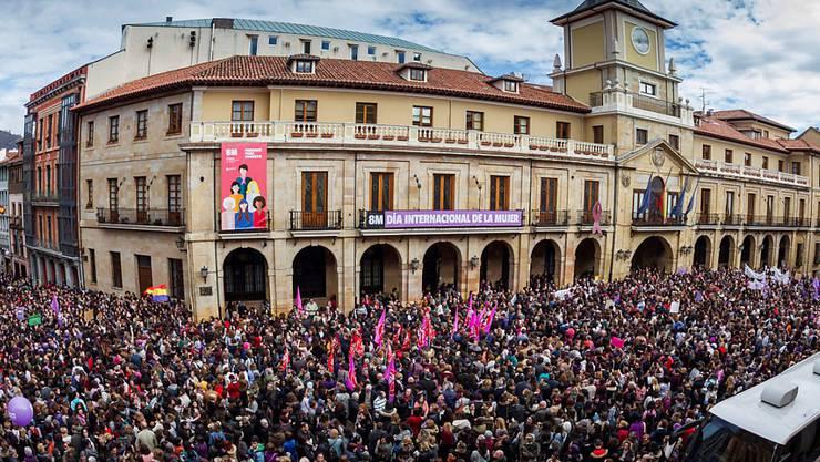 """Millionen Frauen haben am ersten landesweiten """"feministischen Streik"""" in Spanien teilgenommen. Auf dem Bild eine Kundgebung in Oviedo, Asturien."""