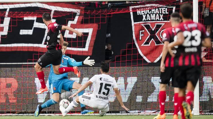 Raphael Nuzzolo (links) lenkt den Ball kurz vor Schluss an Basel-Torhüter Jonas Omlin vorbei ins Netz. Es ist der 1:1-Ausgleich.