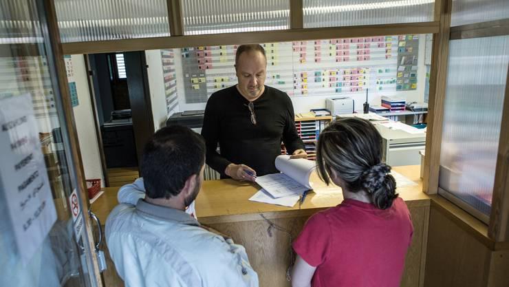 Täglich teilt der Bund dem Aargau mehrere Asylbewerber zu: Reto Pfister empfängt im Erstaufnahmezentrum Casa Torfeld in Buchs ein Flüchtlingspaar.