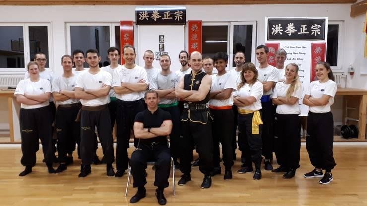 Gruppenfoto der Teilnehmer des Sifu Day in der KUNG FU SCHULE MARTIN SEWER in Aarau mit Grossmeister Martin Sewer 8. Dan Hung Gar Kung Fu (sitzend).