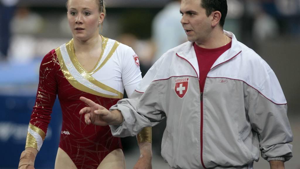 Die Kunstturnerin Ariella Kaeslin zusammen mit ihrem damaligen Trainer Fabien Martin bei der WM 2007. Sie erhebt schwere Vorwürfe an die Verantwortlichen des Sportzentrums Magglingen.