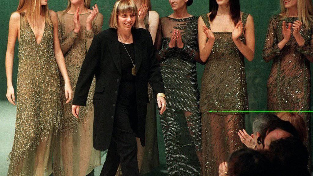 Mariuccia Mandelli, in der Modewelt bekannt als Krizia, an einer Fashion Show in Mailand im Jahr 1997. (Archivbild)