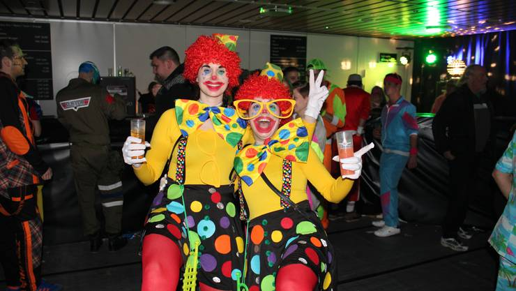 (v.l.) Janine (27) aus Reinach und Melanie (26) aus Reiden geniessen die Partystimmung