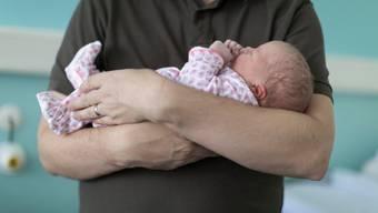 In Umfragen stösst ein bezahlter Vaterschaftsurlaub auf grosse Zustimmung. (Bild: Gaetan Bally/Keystone