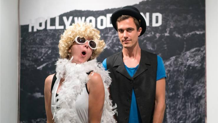 Kuratorin Rahel Grunder und Ausstellungsgestalter Dan Jakob vor dem berühmten Schriftzug der Hollywood Hills.Mario Heller