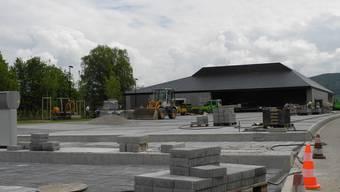 Die neue Stadthalle steht, am Freitag tritt zur Eröffnung Bastian Baker auf.
