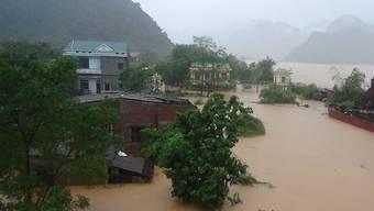 Überschwemmte Häuser in Zentralvietnam.