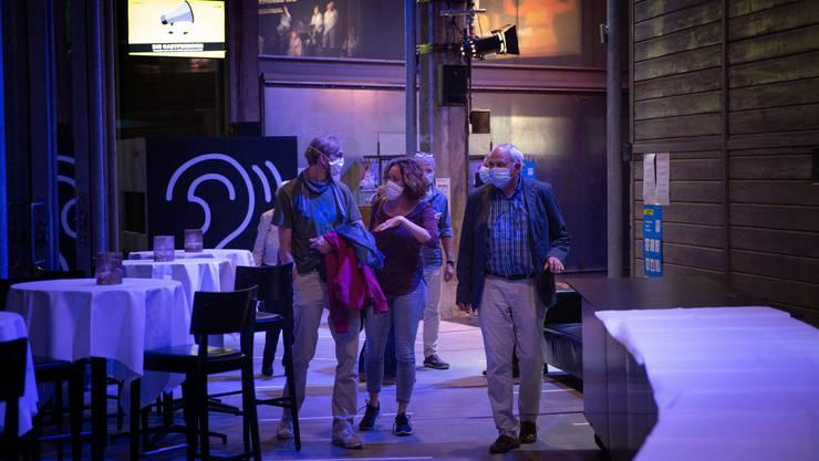 Ins Theater trotz Maskenpflicht: Gäste in der St.Galler Lokremise.