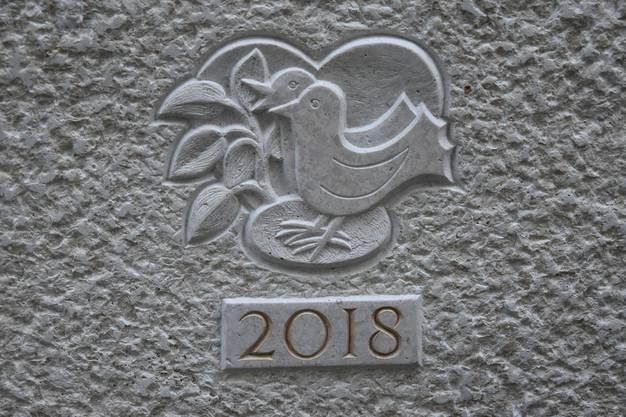 Margrith Vögele hat das Wappen des Brunnens entworfen, eingraviert wurde es von Bildhauer Timo Näf aus Suhr.