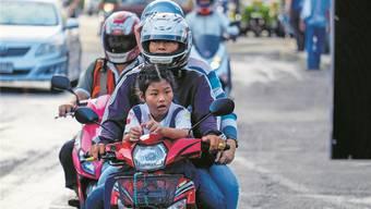 In Thailands Hauptstadt Bangkok tragen nicht immer alle einen Helm.