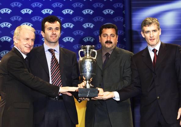 Dejan Savicevic (2.v.l.) hier während der Ziehung für die EURO 2004 Qualigruppen im Januar 2002. Ganz links Giovanni Trapattoni (Italien), rechts von Savicevic Kazbek Tuajev von Aserbaidschan und Mark Hughes von Wales. EPA PHOTO LUSA/ESTELA SILVA/mr