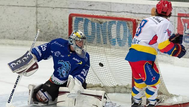 Zuchwil Matthias von Dach bezwingt Unterseens Goalie Samuel Schweiger zum 1:0. Marcel Bieri