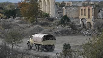 Aserbaidschanische Soldaten patrouillieren gut eine Woche nach der Übergabe der Stadt an Aserbaidschan. Foto: Emrah Gurel/AP/dpa
