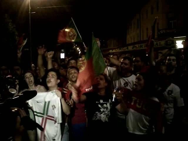 Portugal-Fans feiern auf der Aarauer Bahnhofstrasse