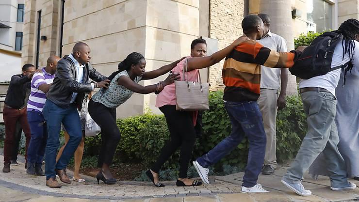 Zahlreiche Menschen werden aus einem Luxushotel in Nairobi geleitet, nachdem auf das Gebäude ein Anschlag verübt worden war.