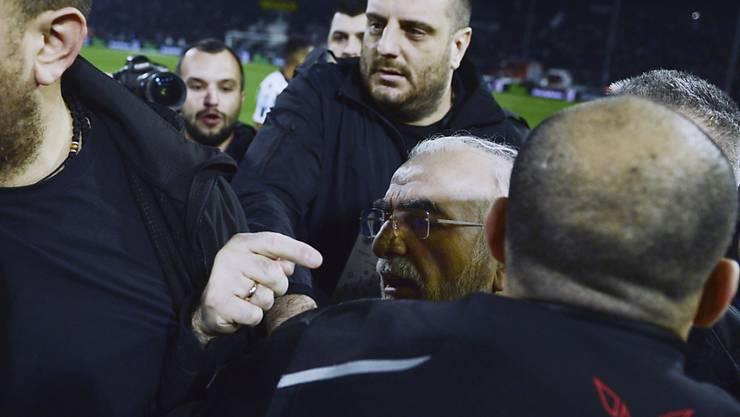 PAOK-Präsident Iwan Savvidis (Mitte/mit Brille) wird nach seinem Platzsturm von Leibwächtern zurückgehalten
