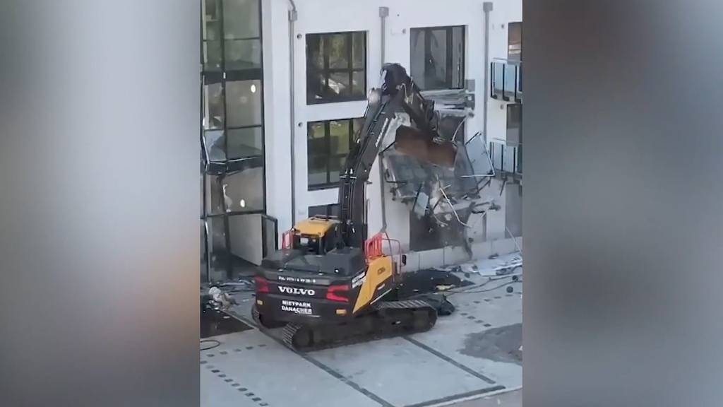 Ausraster in Deutschland: Bauleiter demoliert Neubau mit Bagger