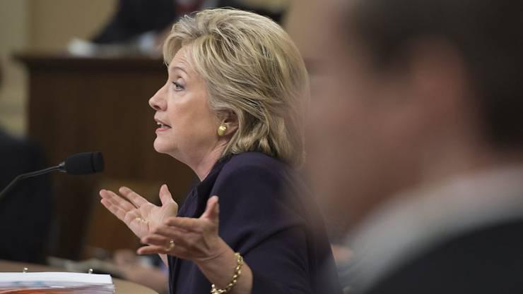 Die ehemalige US-Aussenministerin Hillary Clinton sagte vor einem Untersuchungsausschuss des Kongresses zum Terroranschlag auf die US-Botschaft im libyschen Bengasi aus. Die Präsidentschaftskandidatin übernahm dabei die politische Verantwortung für den Zwischenfall.
