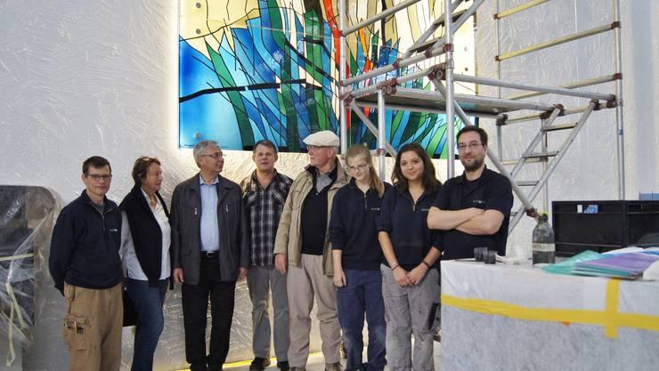 Diether F. Domes (mitte), Ursula Schöpf (links), Wolfgang Arnold (Dritter von links) und Mitarbeiter der Firma Mäder präsentieren das neue Altarbild.