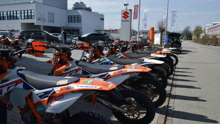 Die Einbrecher verschafften sich Zugang zum Vorplatz des Motorradgeschäfts. (Symbolbild)