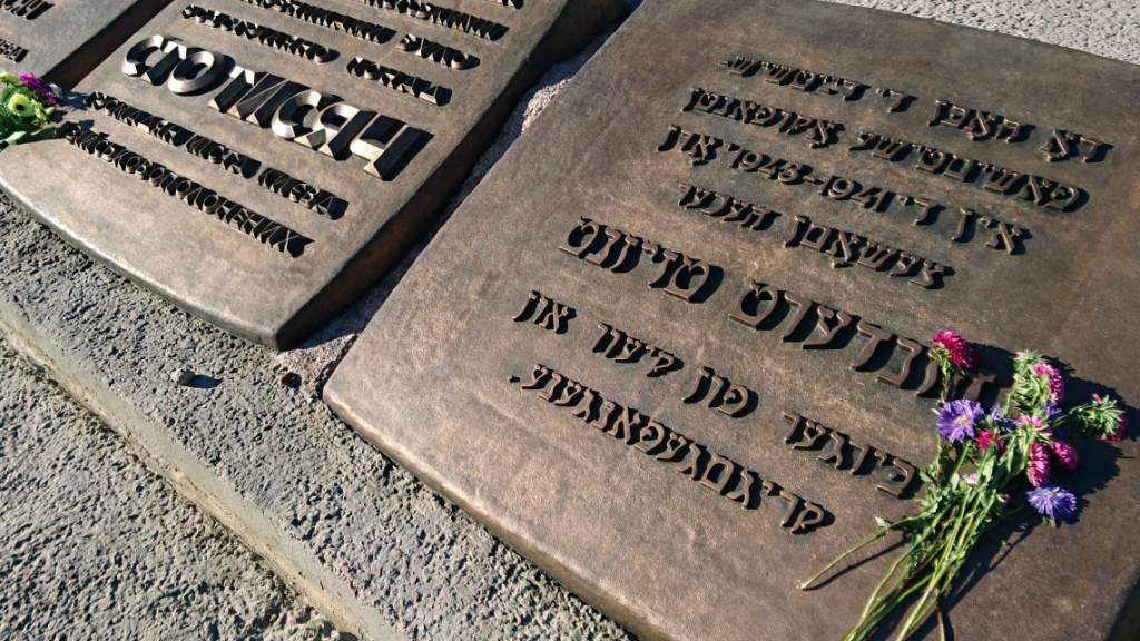ARCHIV - Blumen liegen vor einem 1976 errichteten Denkmal für die während der deutschen Besatzungszeit 1941-1943 in Babyn Jar («Weiberschlucht») erschossenen Bürger der Stadt Kiew. Foto: picture alliance / dpa