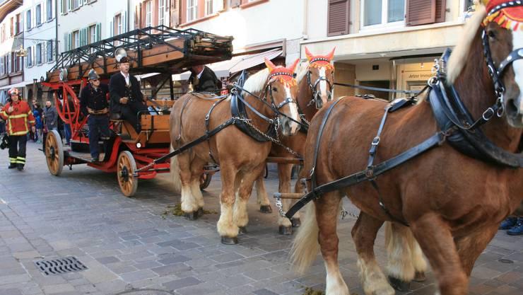 Für einmal zogen die Feldschlösschen-Pferde keinen Bierwagen, sondern die restaurierte Magirusdrehleiter vom 1929.