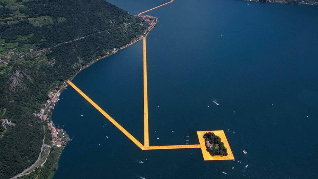 220'000 Schwimmkörper bilden die Grundlage für Christos Gross-Installationen. Nach dem Publikumsandrang der vergangenen Tag müssen sie nun gewartet werden.