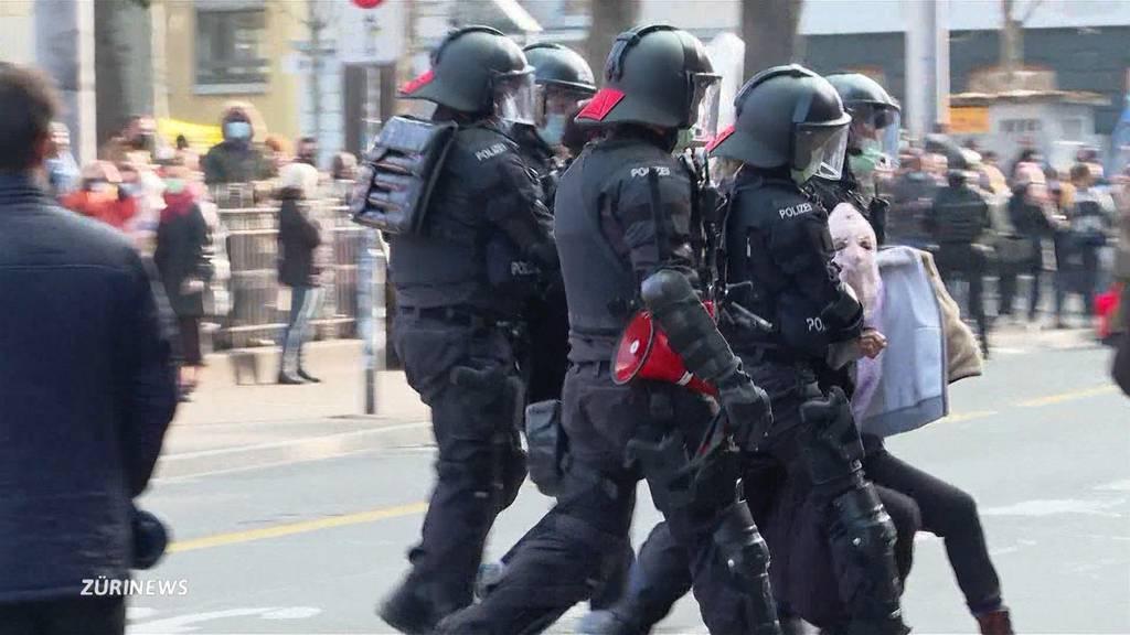 Verhaftungen und Pfefferspray an unbewilligter Frauendemo in Zürich