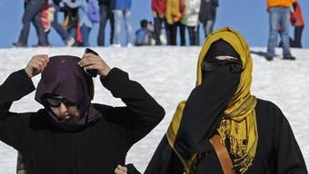 Touristinnen mit Kopftuch auf dem Jungfraujoch im Berner Oberland.