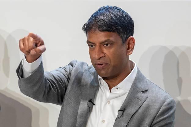 Novartis-Chef Vas Narasimhan sagt, dass es keine coronabedingten Entlassungen geben werde. Die laufenden Sparmassnahmen werden jedoch fortgesetzt.