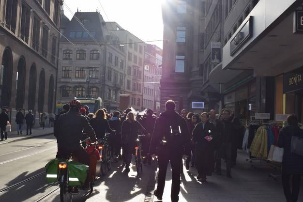 Danach zog die Menge weiter in Richtung Barfüsserplatz