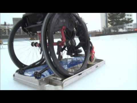 «Rächt cool»: Fred de Oliveira testet als erster die neuen Rollstuhl-Gleiter auf der Berner Kunsteisbahn Weyermannshaus