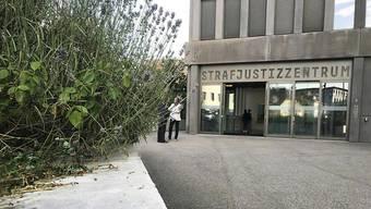 Die ehemalige Mitarbeiterin muss sich vor dem Baselbieter Strafgericht verantworten.