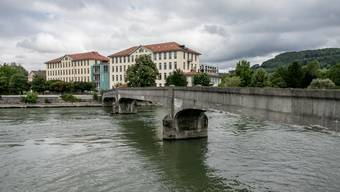 Die Brücke musste am Samstag gesperrt werden. Die Pfeiler sind unterspült.
